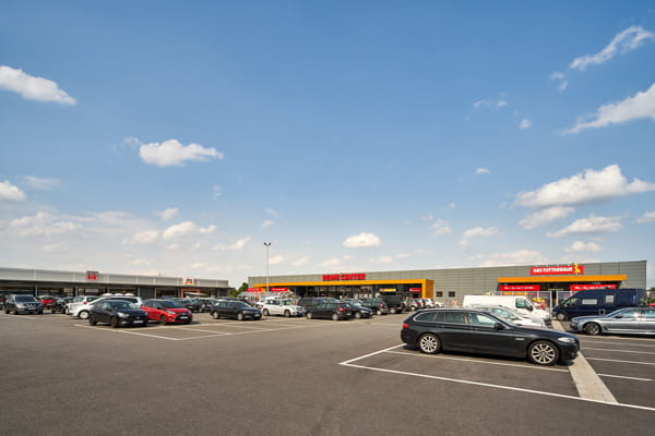 The car park of the Ludwigshafen retail warehouse park
